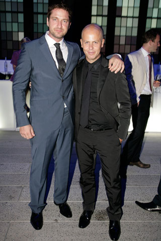 Gerard Butler wearing Calvin Klein. Now, is it me or is that shirt and tie all wrong? I also think the suit is slightly ill-fitting. Ah, but what do I know.
