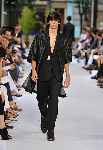 This Dior number is great...only probem is he was in the middle of a dye job and ran out of the stylist's chair and forgt to tke of that schmateh.