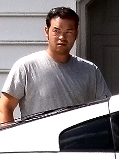 Gross! Jon Gosselin, from annoying Kate and Jon fame, is looking for a place to live in New York City. Well, at least someone will frquest the Olive Garden now. As for me...I am pulling up my tent and moving to Beverly...Hills that is...swimming pools, and real movie stars.