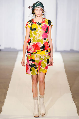 There was a lot wrng with the Marni collection. Group afeter group that I was not feeling. But really...you know the print doesn;t work when you make a skinny girl look like a fat flower pot. Fotz.