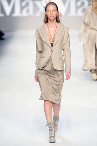 Here MaxMara accenutated this unflattering suit with an unflattering shoe.