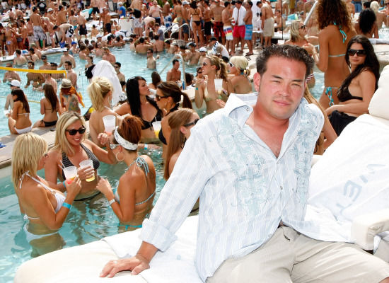"Like I moodiava want to be wheere this ""action"" is. The Brech-meister himself Jon Gosselin hanging poolside in Vegas. Does is get any brechier? What happens in Vegas can sure as hell can stay in Vegas...like forever."