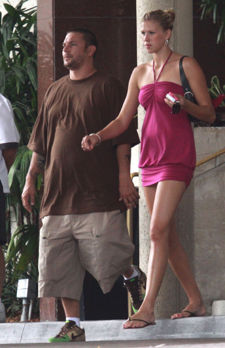 My favorite male shorts model Kevin Federline is pregnant. Well, actually this chick is, but he is having a hysterical pregnancy. He is always in shorts, or as I'd like to call them, skorts.