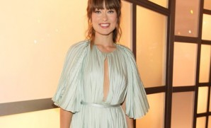 Olivia Wilde no comprende Ingles. For weeks I have telling her to hire a better stylist. Here at the Do Something Awards, she wore a dress that could have been yanked off the back of Pentacostal Evangelist Aimee Semple McPherson.